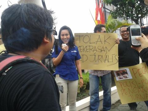 (7/11) Sejumlah jurnalis yang tergabung di AJI menuntut polisi segera menyelesaikan kasus yang menimpa wartawan di Makasar.