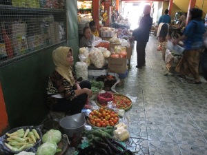 (26/11) Wagiyem dan pedagang lainnya sedang menunggu pembeli ditengah sepinya pasar