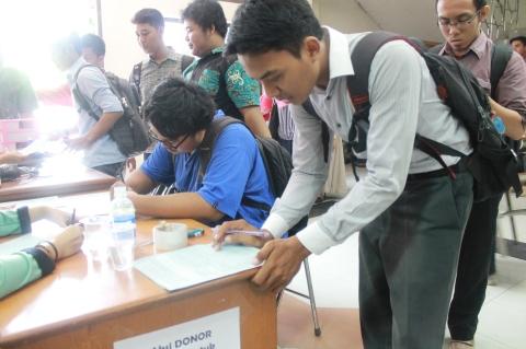 mahasiswa saat mengisi formulir pendaftaran aksi donor darah di hall kampus 2 UAD, 10 November 2014.