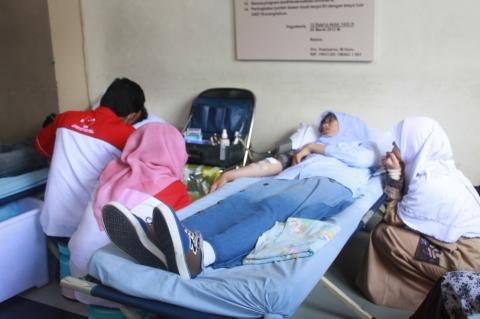 PMI(Palang Merah Indonesia) Yogyakarta yang memfasilitasi aksi donor darah sedang melakukan pengambilan darah dari mahasiswa/mahasiswi di hall kampus 2 UAD, 10 November 2014.