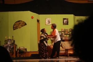 (22/11) Sepasang kekasih sedang berbincang  dirumahnya.