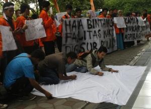 (26/02) Bukti masa aksi mendukung tuntutan dengan cara menandatangani bentangan kain putih di depan hall kampus I UAD.