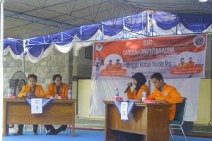 (25/5), Ella Yussy Dwi Astuti, Capres kandidat No 2 sedang menjawab pertanyaan dari kandidat No 1. Dok. Poros