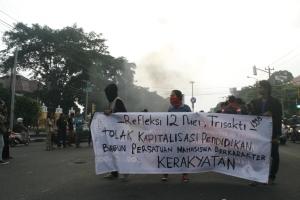 (12/5) Massa aksi Aliansi Refleksi Tragedi Trisakti di Pertigaan Revolusi Jl. Laksda Adisucipto Yogyakarta. Dok. Poros