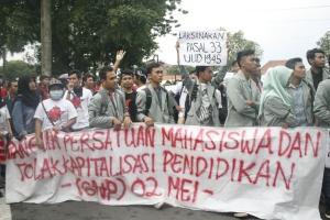 (2/4) Massa aksi membentangkan atribut saat berjalan menuju titik nol kilometer. Fotografer: Nurul
