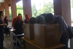 Mahasiswa sedang melakukan pencoblosan di salah satu TPS kampus II UAD. Dok. Poros
